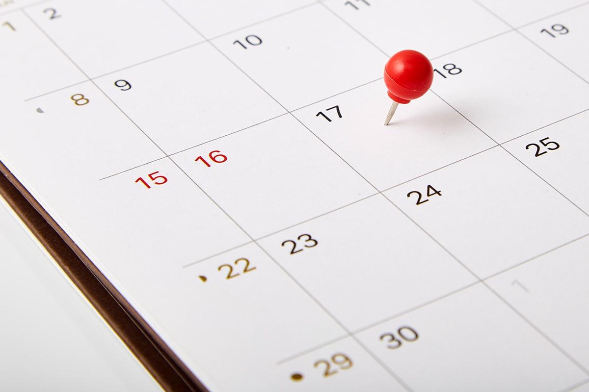 bild eines kalender mit roter stecknadel